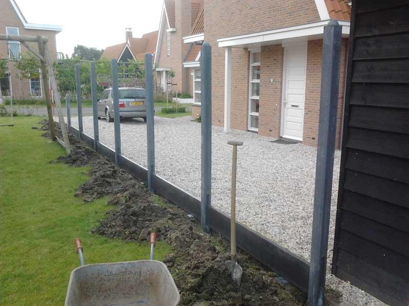 Schuttingen plaatsen met betonpalen of hardhout door van for Schutting zetten